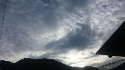흰구름 가득한 아침 하늘 | 있는 그대로 보면 별일 아닌 세상일들